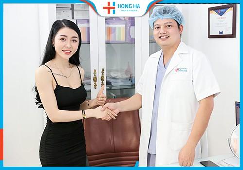 chuyên gia phẫu thuật thẩm mỹ và bệnh nhân