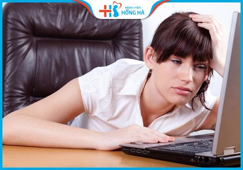 nữ giới ngồi máy tính nhiều ảnh hưởng đến sinh sản