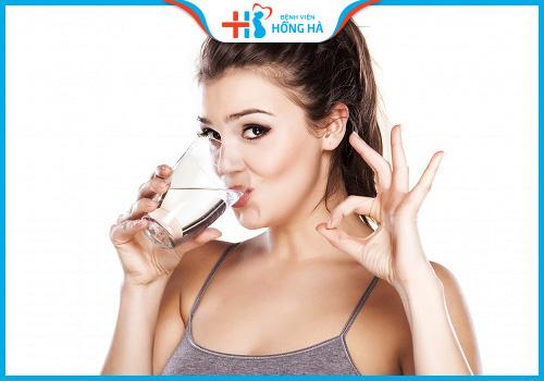 viêm lộ tuyến cổ tử cung nên uống nhiều nước